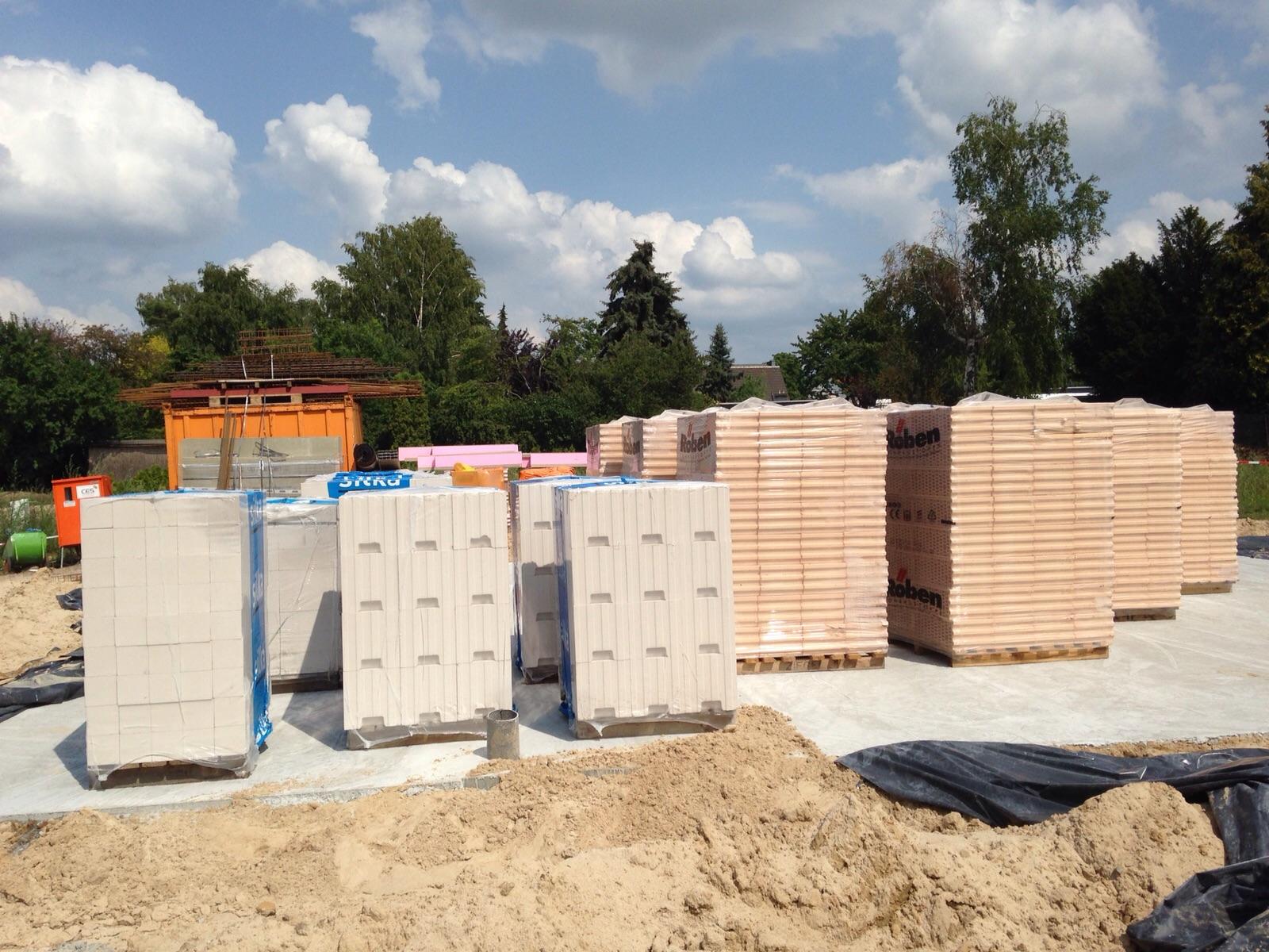 Bautagebuch Tag 5. Die Mauersteine sind gekommen.
